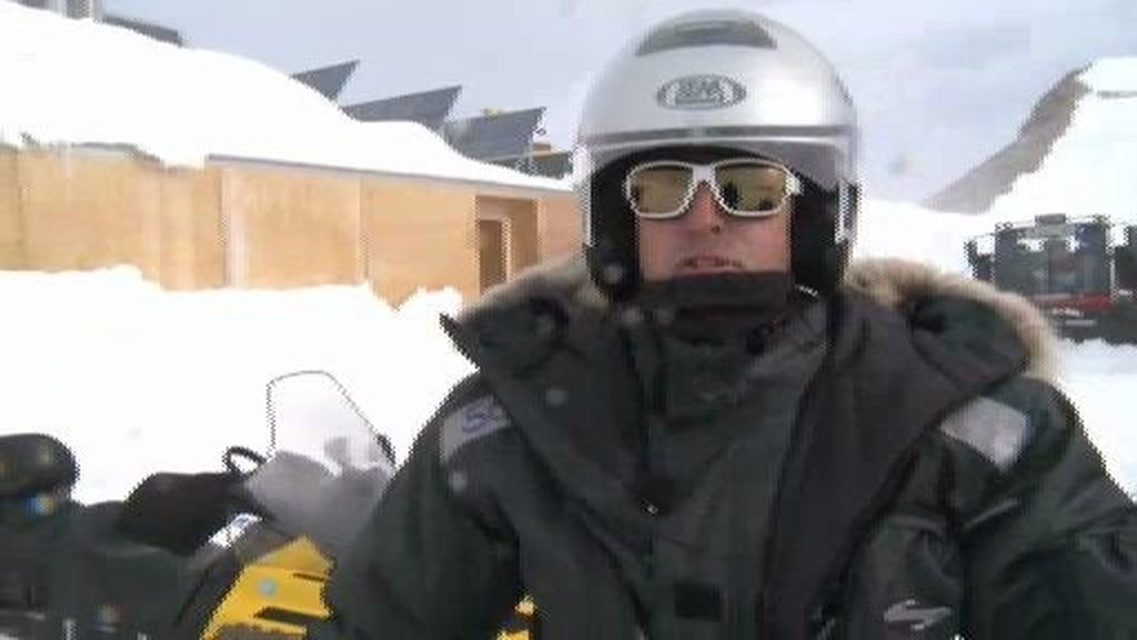 Calleja y los suyos atraviesan un glaciar en motos de nieve