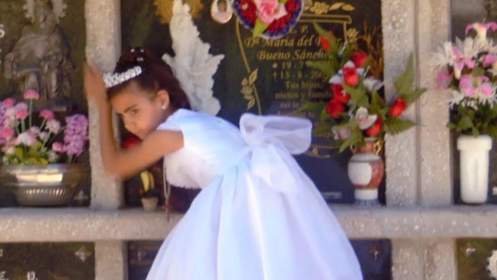 Vanesa va al cementerio a ver a sus abuelos vestida de primera comunión