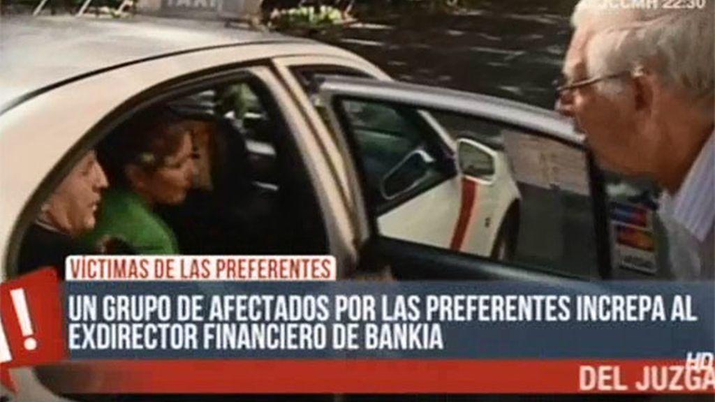 El exdirector financiero de Bankia, increpado por un grupo de afectados por las preferentes