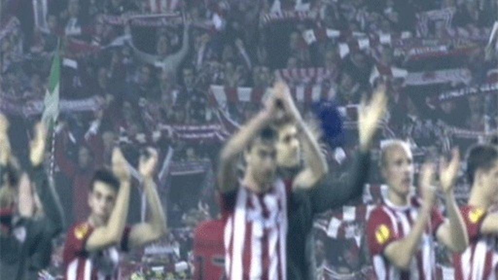 Jugadores y afición celebran el pase a cuartos de final de la Europa League
