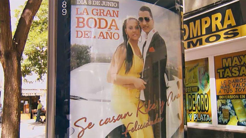 La boda de Kiko y Ana se anuncia en las marquesinas de los autobuses