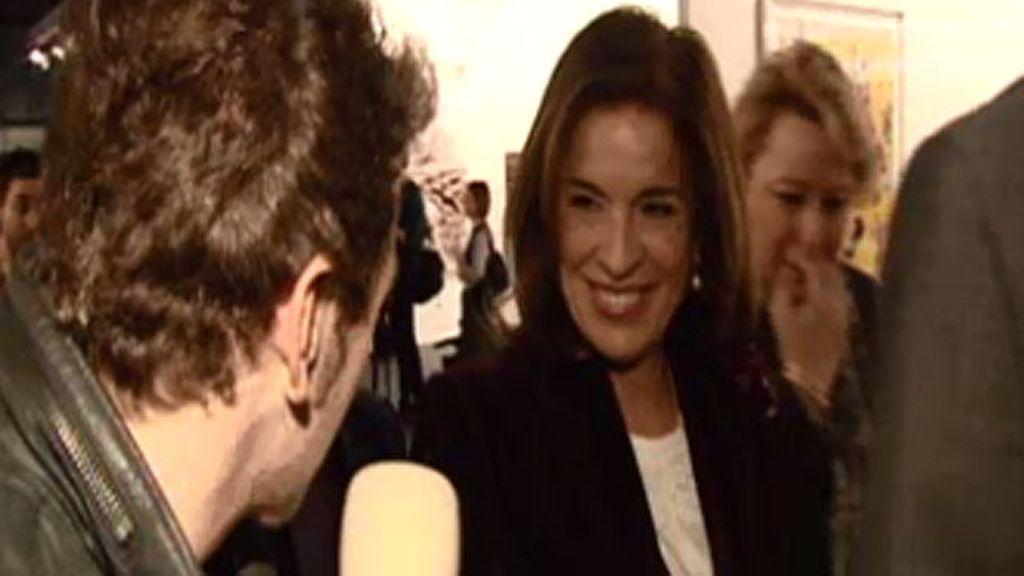 Boro le regala un ramo de (Miguel Ángel) flores a Ana Botella