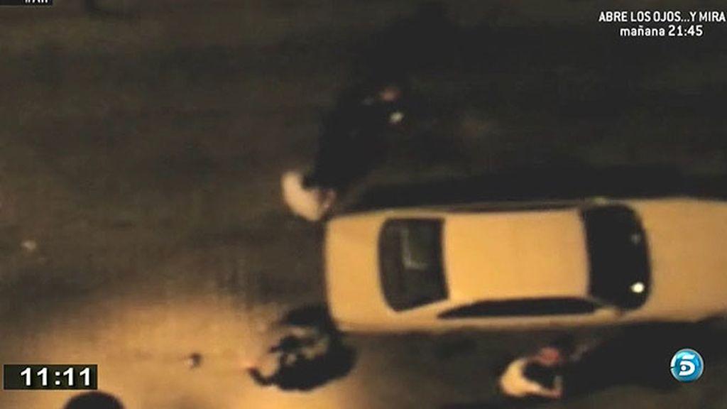 'AR' capta como varias personas intentan llevarse a una prostituta
