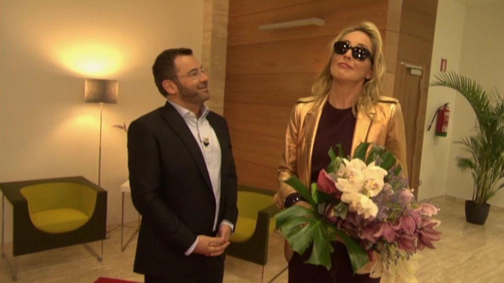 Jorge Javier alaba a Sharon Stone y... ella le da con el ramo de flores