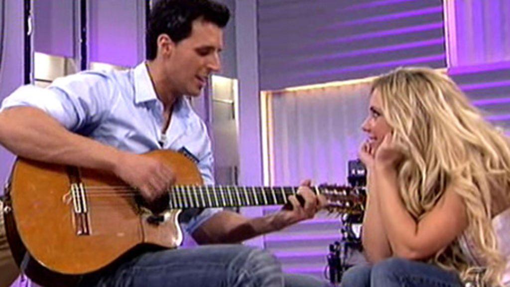Raúl canta para Elena