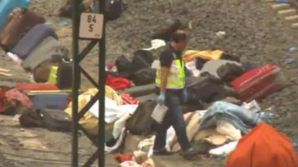 Bomberos, Protección Civil y policías limpian la tragedia de Santiago