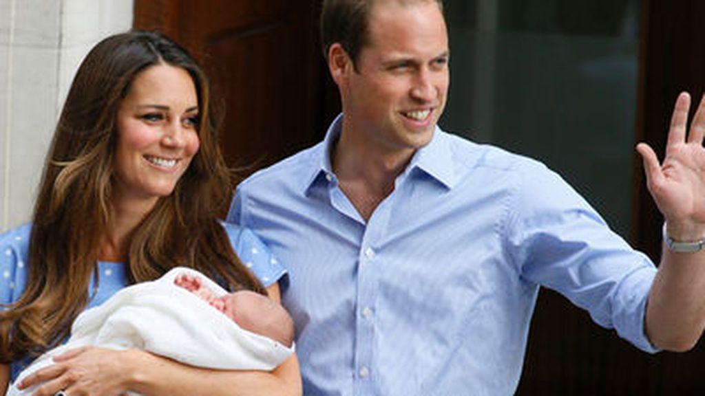 Los Duques de Cambridge presentan a su hijo