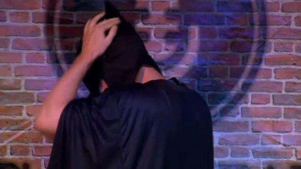 Andrés sorprende a todos con un striptease
