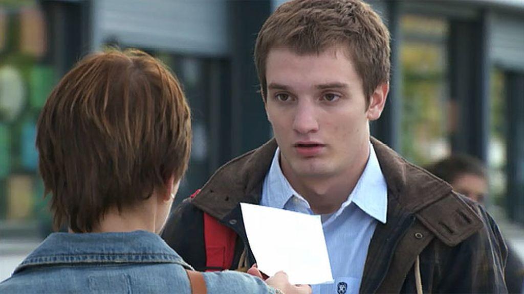 Natalia quiere dejar por carta a Diego y utiliza a Jacobo como mediador