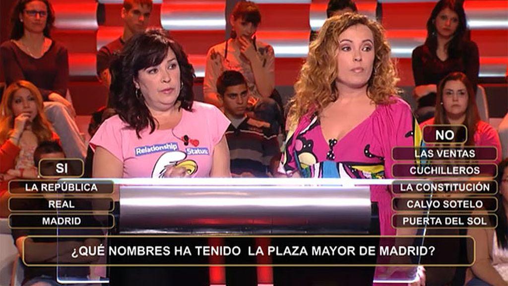 Dos hermanas frente a los nombres de la Plaza Mayor de Madrid