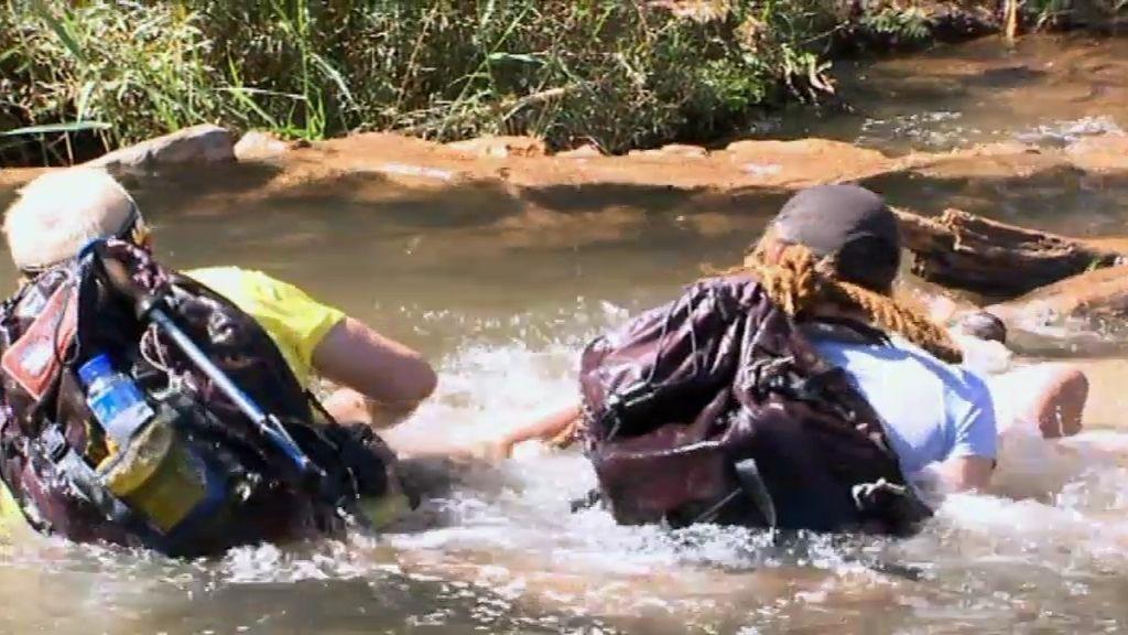 Daniel, al agua en el paso con cuerda