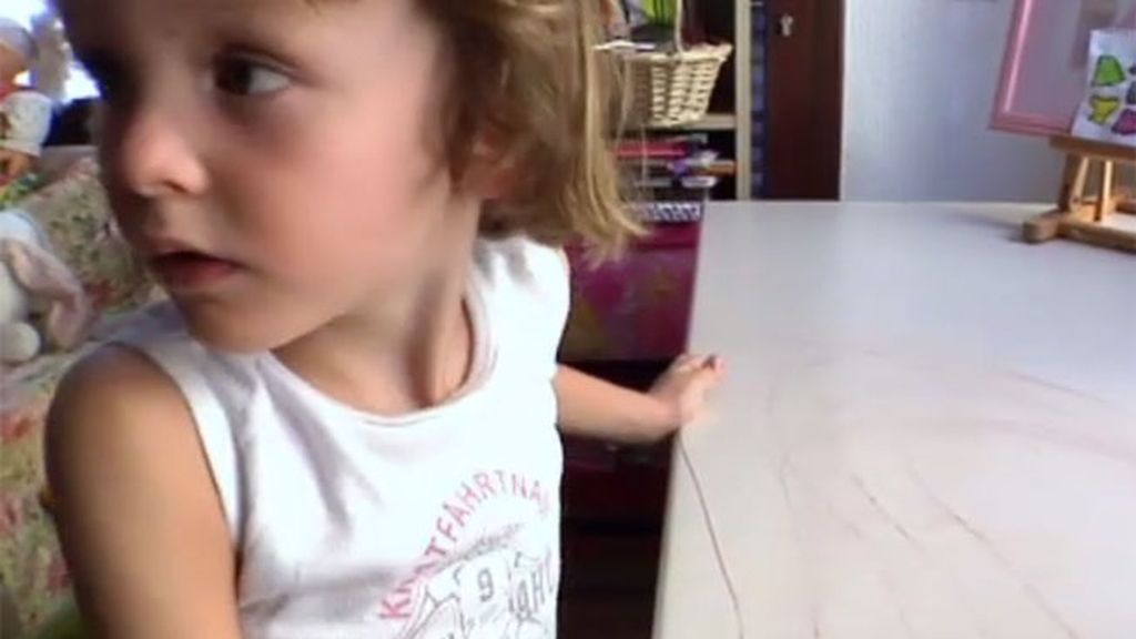 Miguel pinta la mesa de su hermana con rotulador