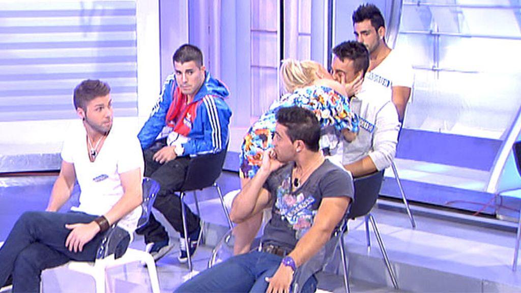Niki le planta un beso a Sergio