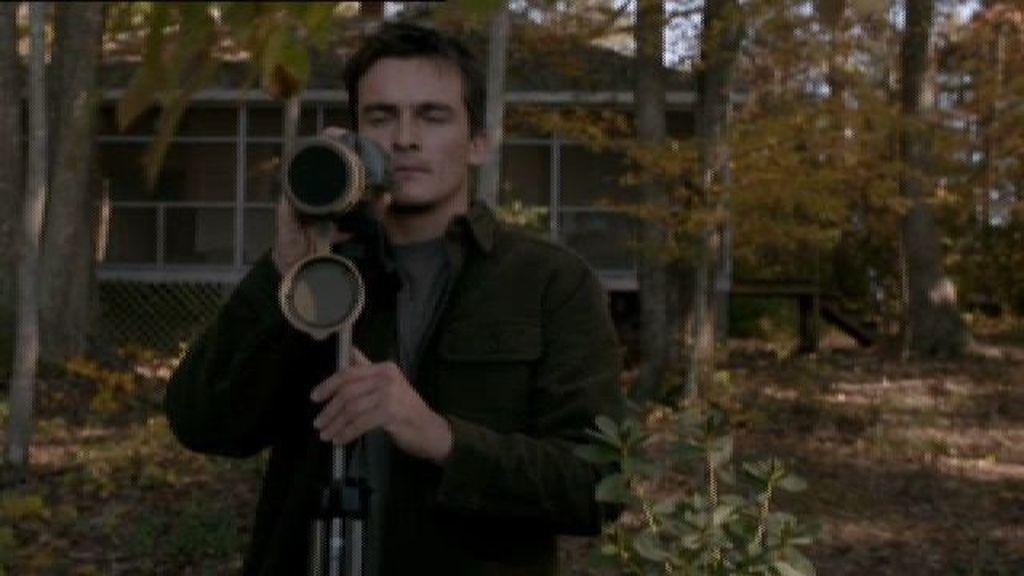 Quinn apunta a Broy con una pistola