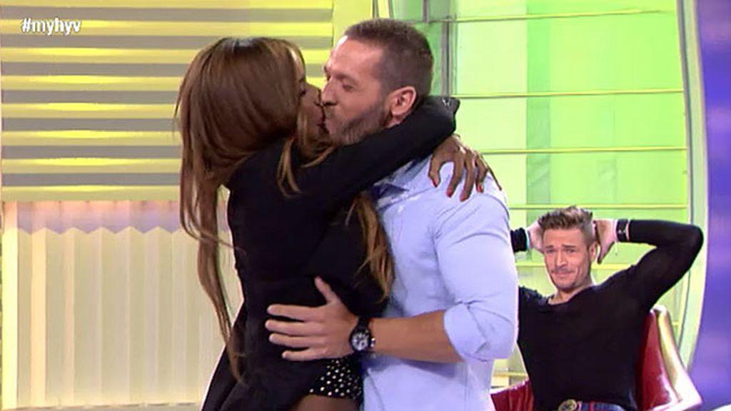 Liz besa a Leo nada más verle