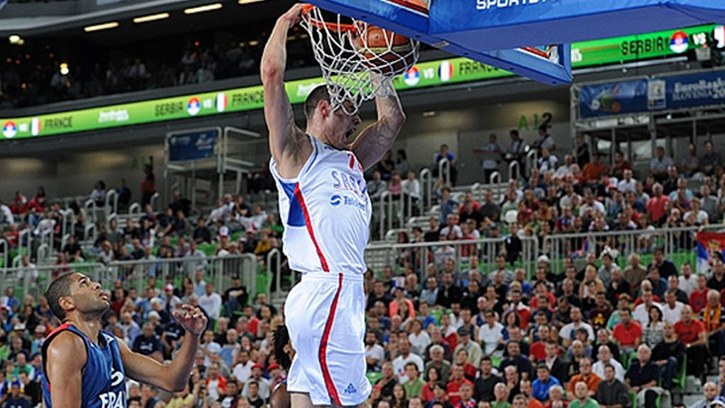 Serbia vence (77-65) a Francia y pasa a cuartos como primera de grupo