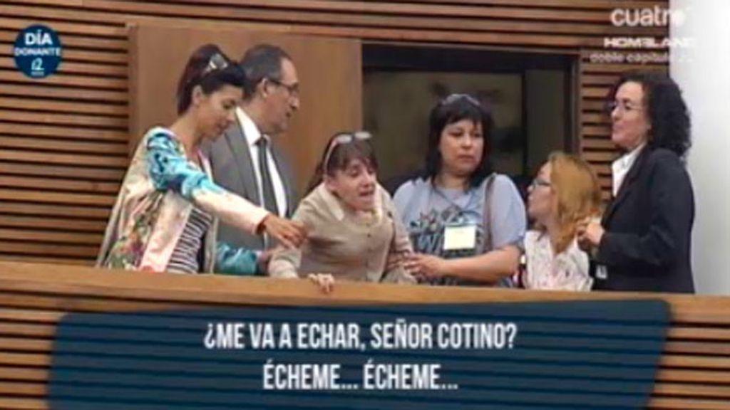 La 'niña de cristal', expulsada por Juan Cotino del Parlamento valenciano por protestar