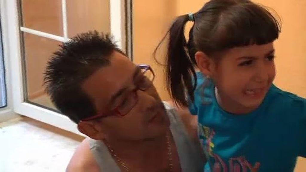 Alba hace los recados con su padre
