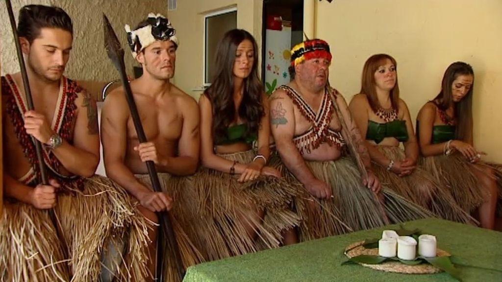Un lacrimógeno consejo tribal en el porche para despedir a los Shiwiar