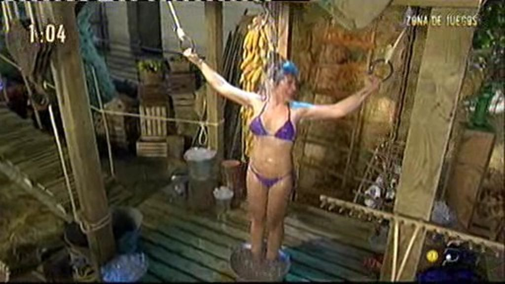 Raquel aguanta bajo agua helada