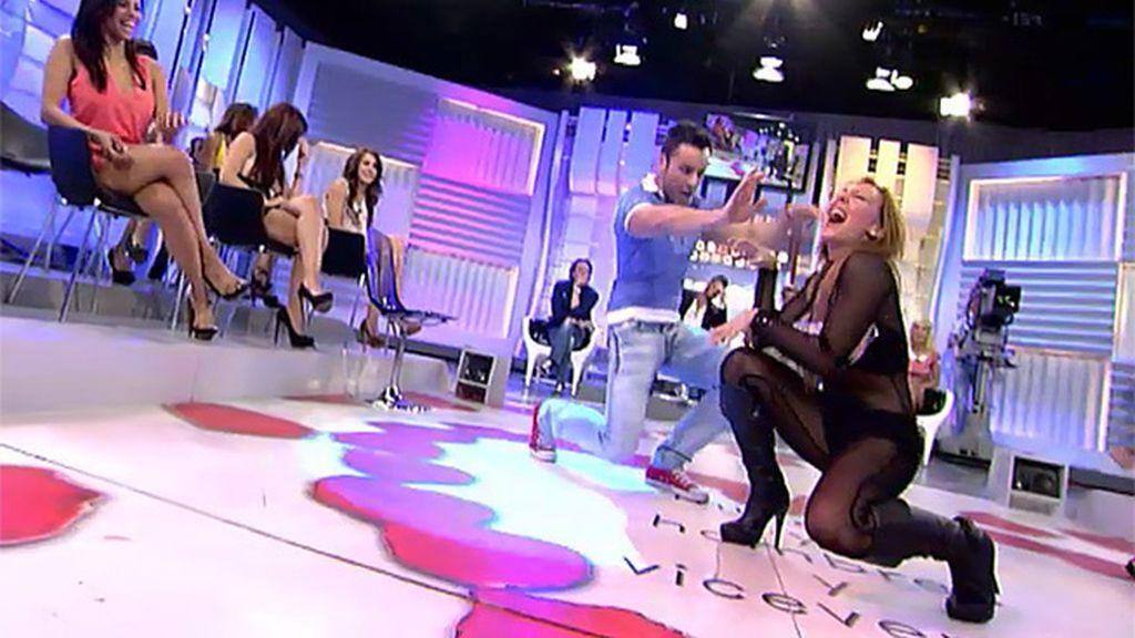 Olga enseña a bailar a Vicente