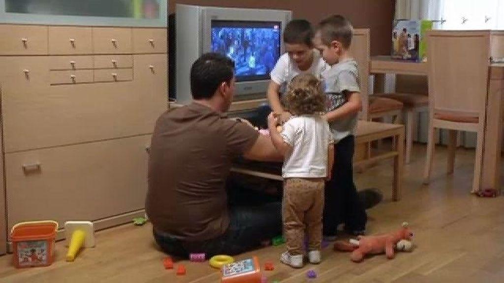 Diego, Gonzalo y Adriana recogen sus juguetes