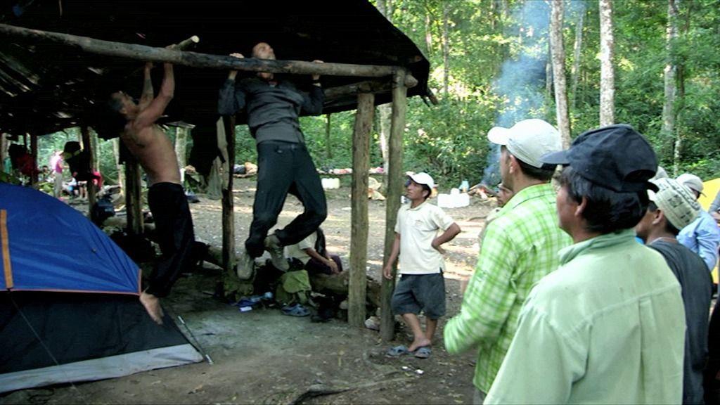 Una competición de flexiones entre Rafa Lomana y el chamán