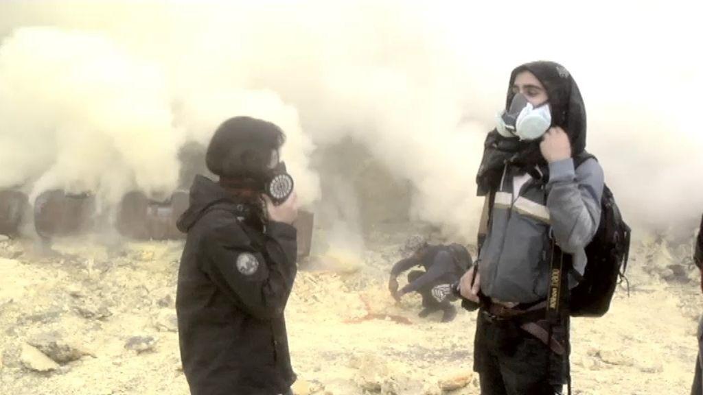 Diego, testigo de la extracción de azufre del cráter del volcán Merapi