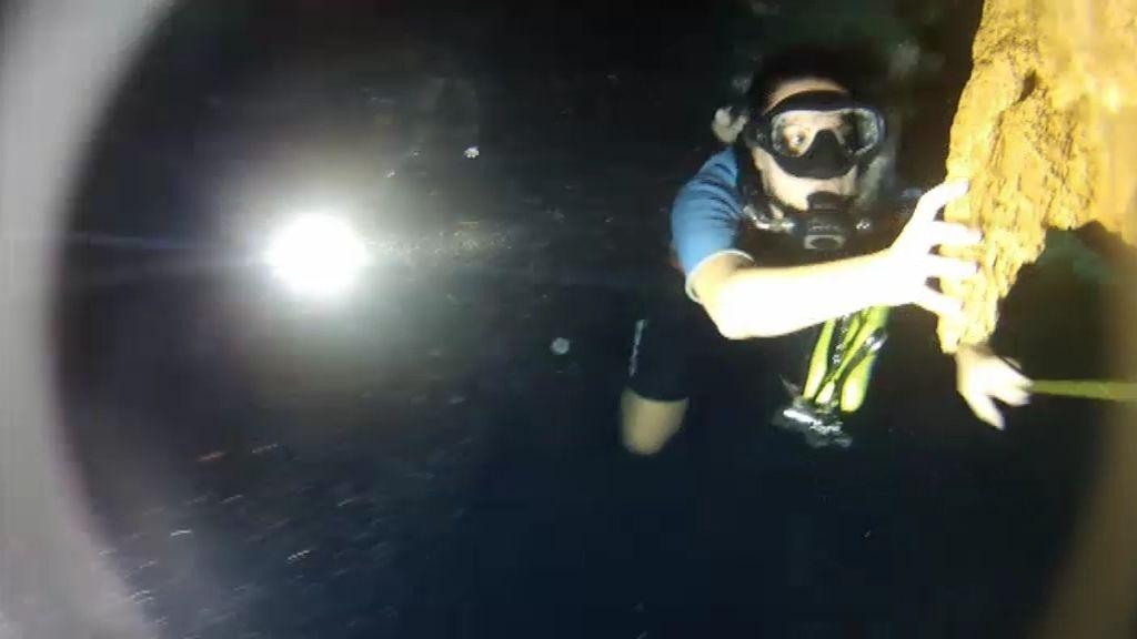 Carmen atraviesa buceando los peligrosos cenotes y no sabe nadar