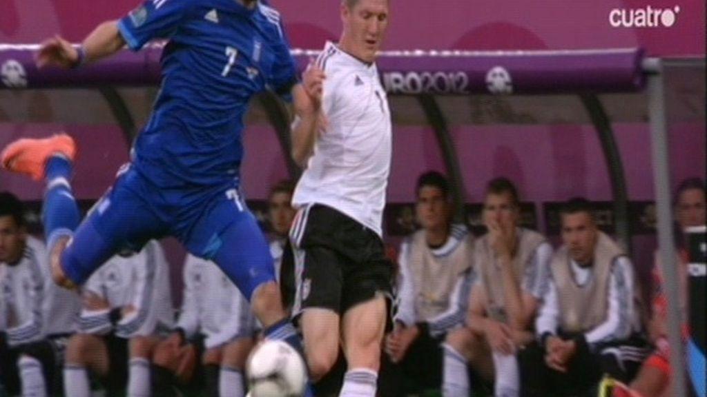 Pisotón espeluznante de Samaras a Schweinsteiger