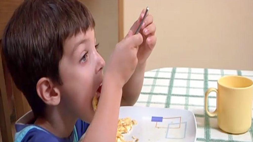 Daniel se come su primer huevo frito