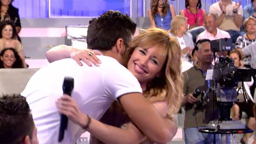 Emma abraza a José David