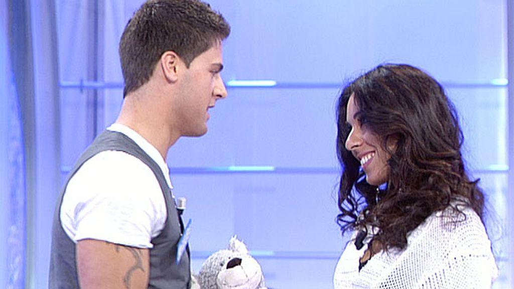 Indhira le regala un oso a Jorge