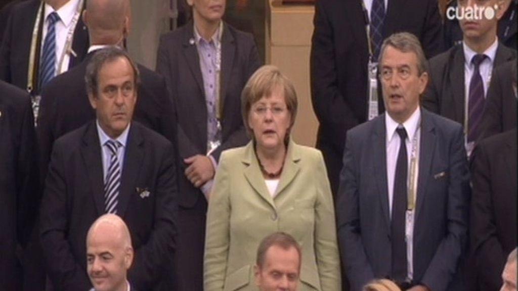 Merkel llega a Polonia al son del himno alemán