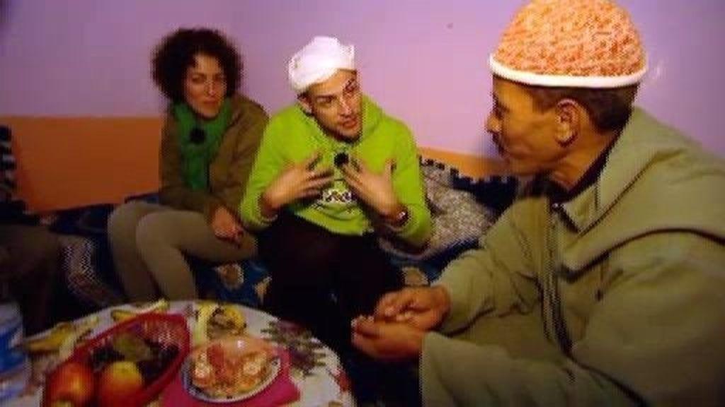 Álex cantando en árabe y viceversa