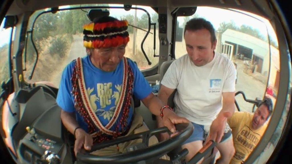 Yambía, al volante de un tractor