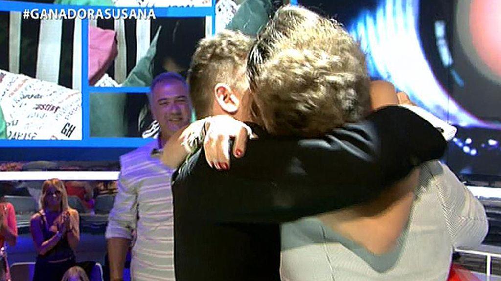 Susana vuelve a besar a Gonzalo