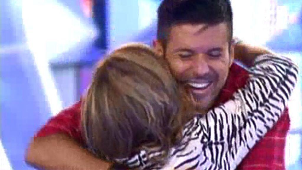 Pablo abraza a Isabela