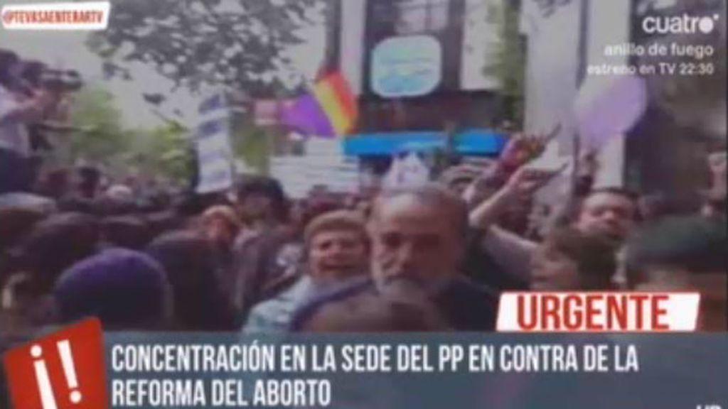 La marea violeta se reúne en la sede del PP en contra de la reforma del aborto