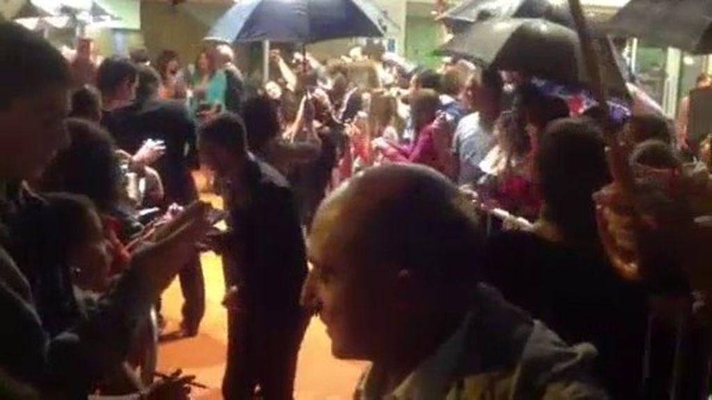 Los fans arropan a los actores de 'Aída' en el Festval de Vitoria