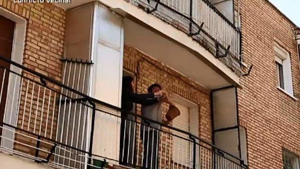 La pareja de vecinos violentos lanza macetas desde su casa