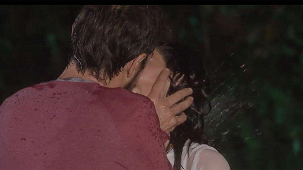 Pablo besa a Teresa