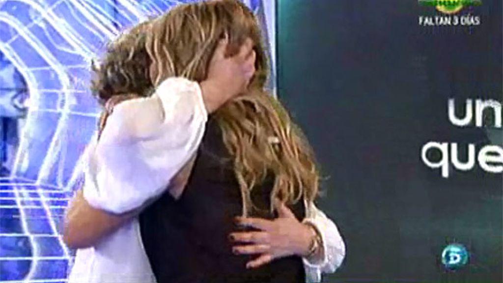 Cristina Tárrega abraza a su amiga María