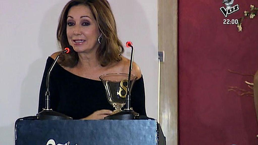 Ana Rosa, galardonada en los Premios Escaparate por su labor solidaria