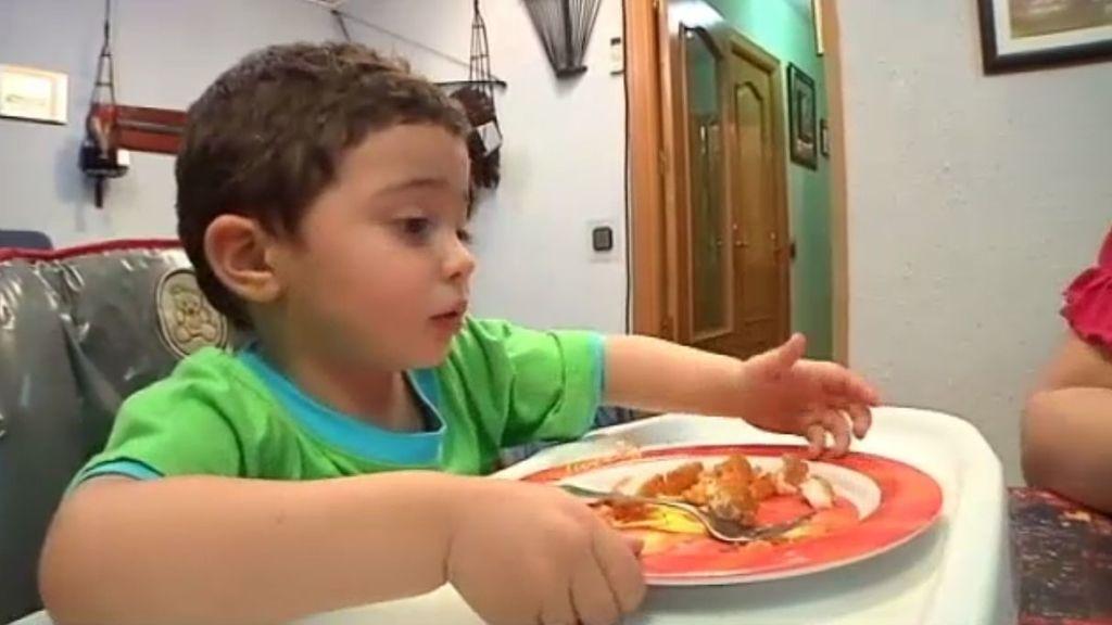 Carlos empieza a comer como los mayores