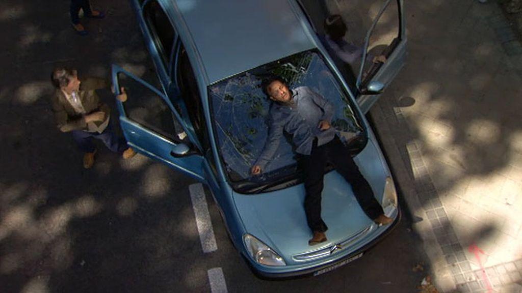 Un hombre se precipita sobre el coche de Raquel
