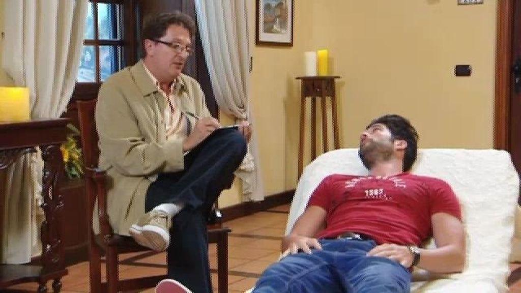 Los guapos se someten a una falsa sesión de psicoanálisis con el padre de Corina