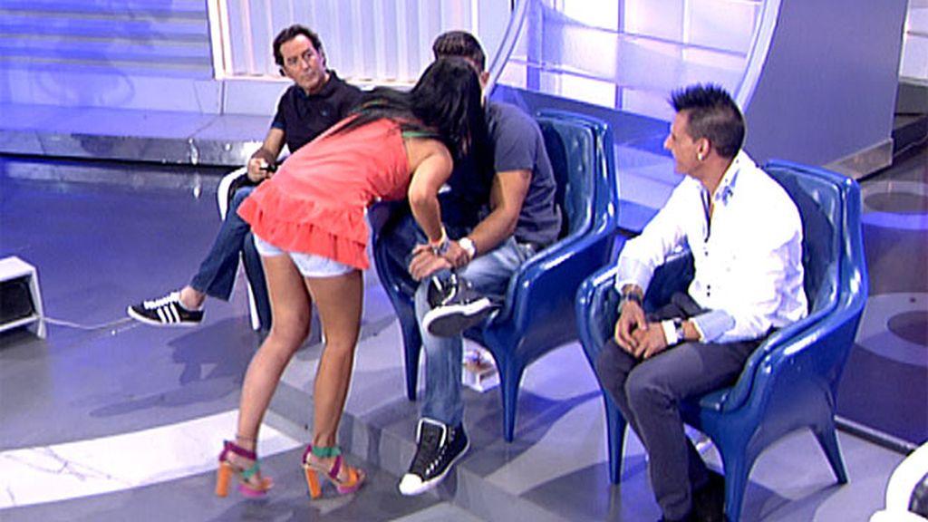 Marta besa a Curro