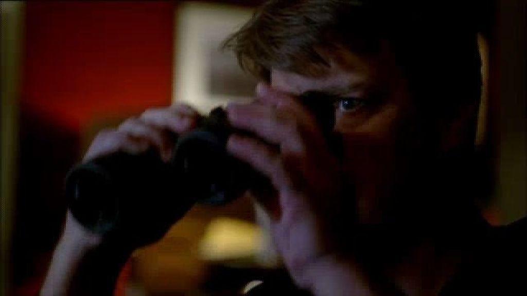 Castle descubre un posible asesinato con sus prismáticos y desde su casa