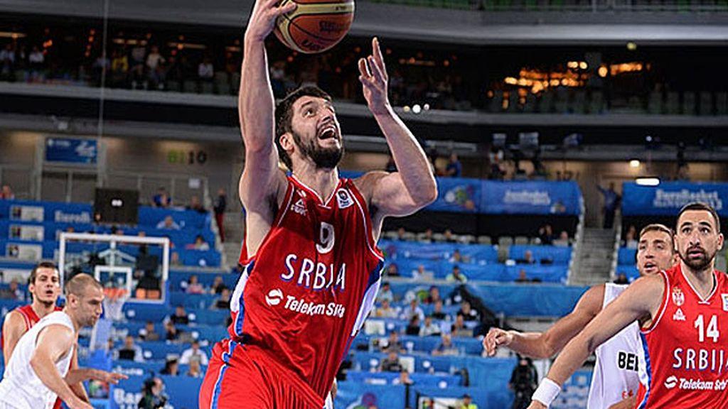 Serbia resuelve en el último minuto